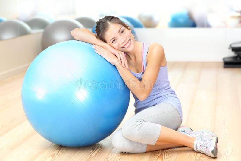 W gym sprawności fizycznej kobieta zdjęcie stock