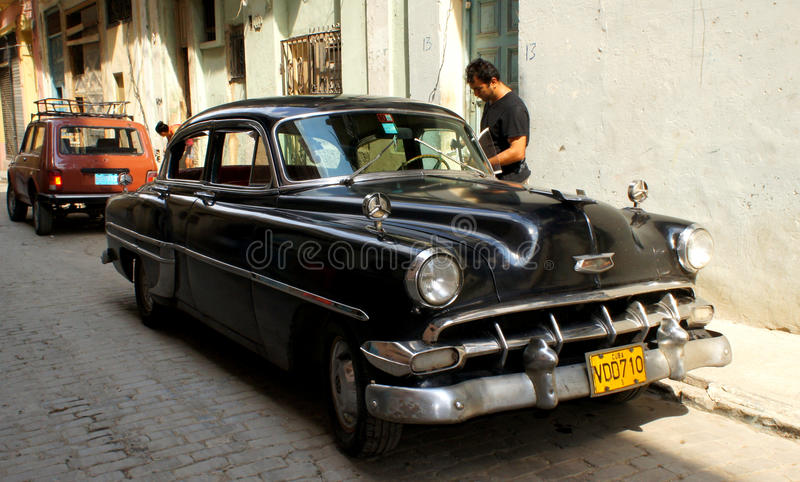 W Havana.black Chevrolecie klasyczny Amerykański samochód obrazy royalty free