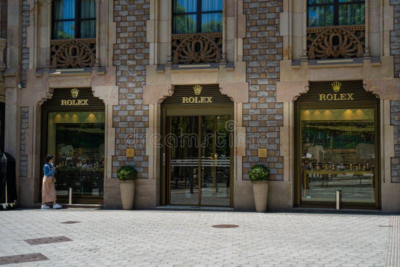 w Hiszpanii Czerwiec 2019: Turystyczny patrzeć przed urzędnika Rolex butika sklepem fotografia stock
