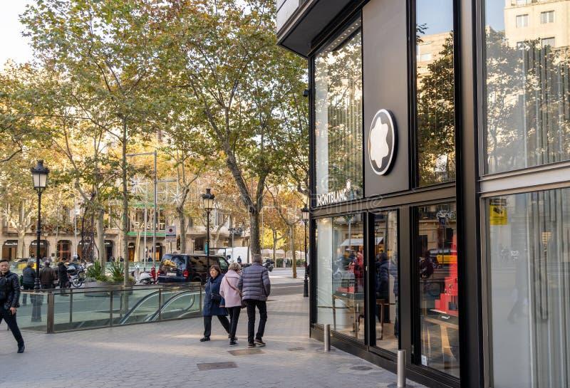 w Hiszpanii Grudzień 2018: Ludzie chodzi przed oficjalnym Montblanc sklepem fotografia stock