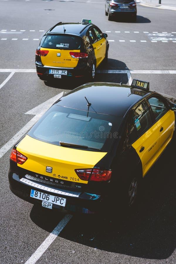 w Hiszpanii Kwiecień 26, 2018: Taxi przy drogowym złączem miasto Barcelona w Hiszpania Klasyczny taxi kolor żółty i obraz royalty free
