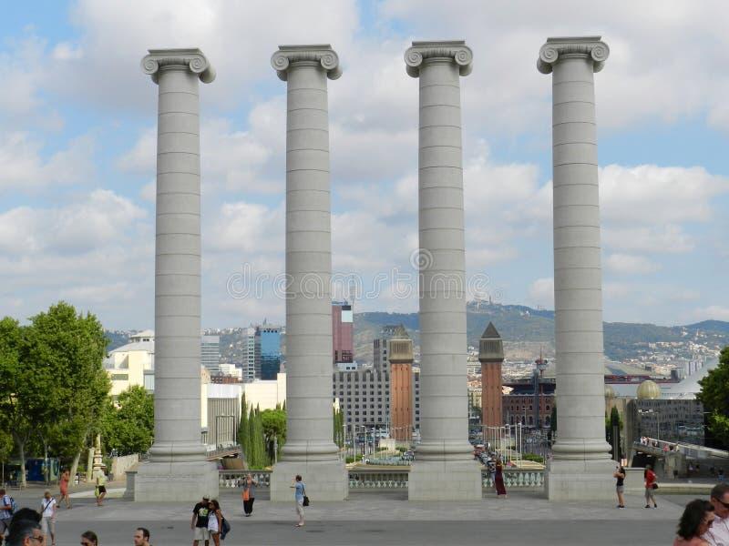 w Hiszpanii Montjuic kolumny z turystami obrazy royalty free