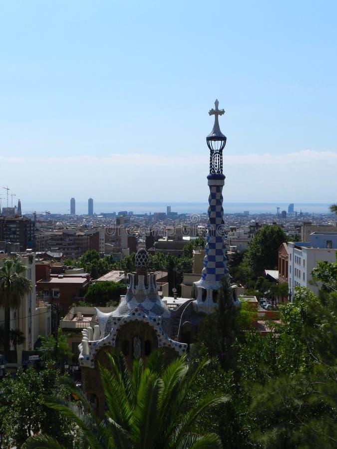w Hiszpanii Parkowy Guell, drzewa i miasto widok, słoneczny dzień zdjęcia royalty free