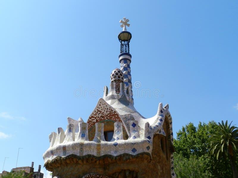 w Hiszpanii Parkowy Guell, drzewa i niebieskie niebo, słoneczny dzień fotografia royalty free