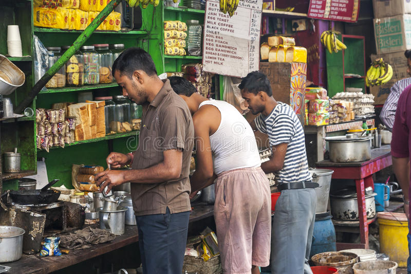 W India, ludzie biorą ich posiłki na ulicie zdjęcie stock