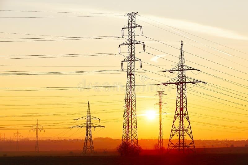 W jęczmienia polu elektryczność pilony zdjęcia stock