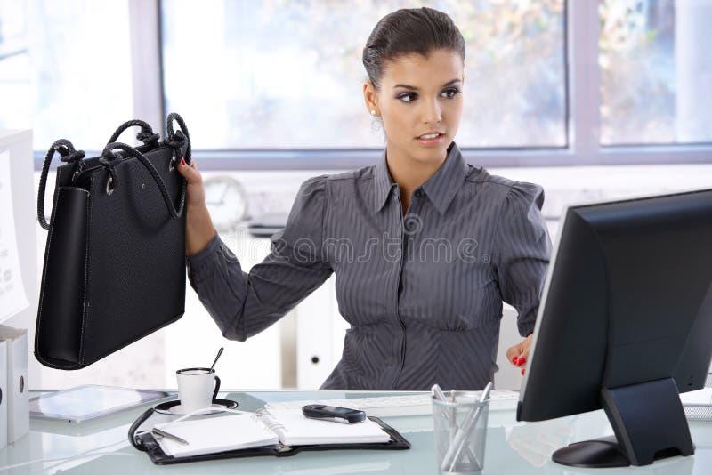 W jaskrawy biurze kobiety ruchliwie działanie fotografia stock