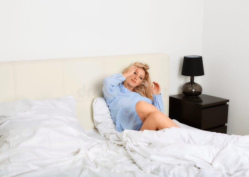 W jej sypialni uśmiechnięta kobieta zdjęcia royalty free