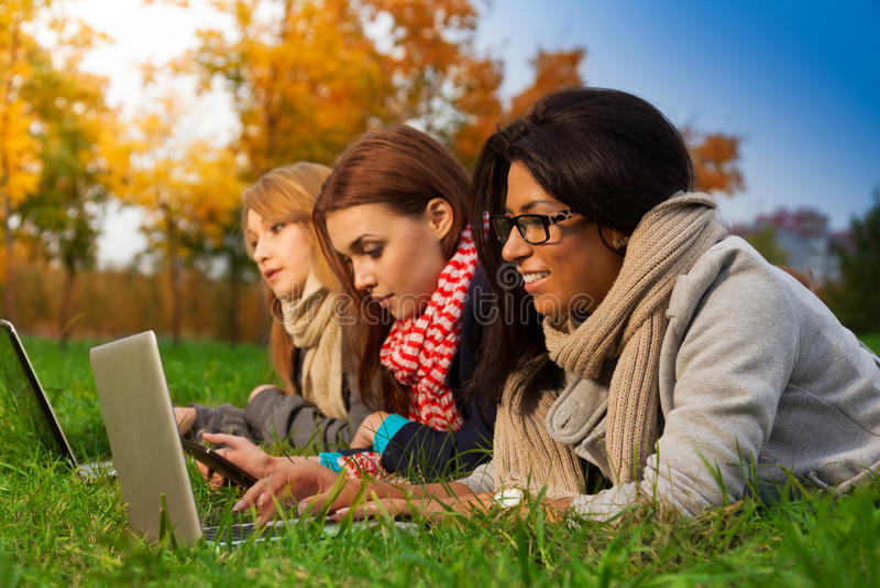 W jesień parku trzy ucznia obrazy stock