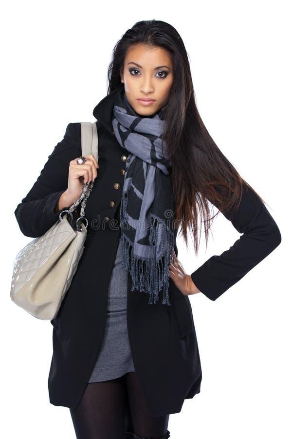 W jesień piękna młoda azjatykcia kobieta odziewa obrazy stock