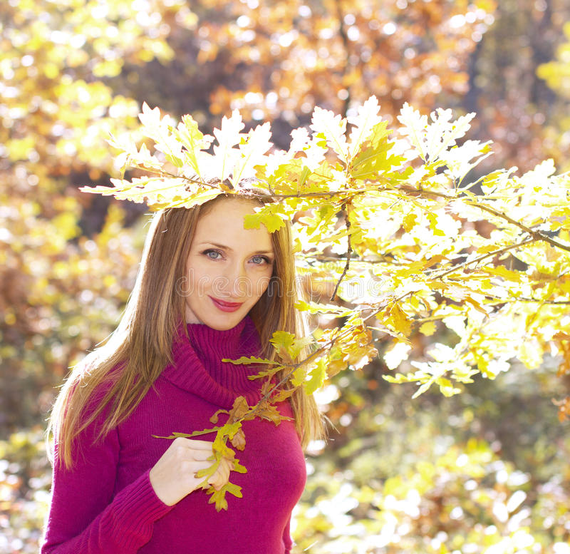 W jesień plenerowa dziewczyna obrazy royalty free