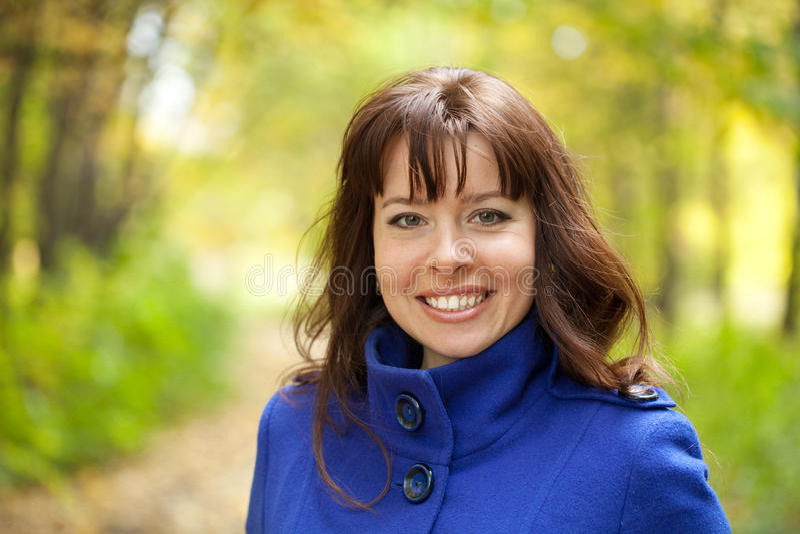 W jesień szczęśliwa kobieta zdjęcie stock