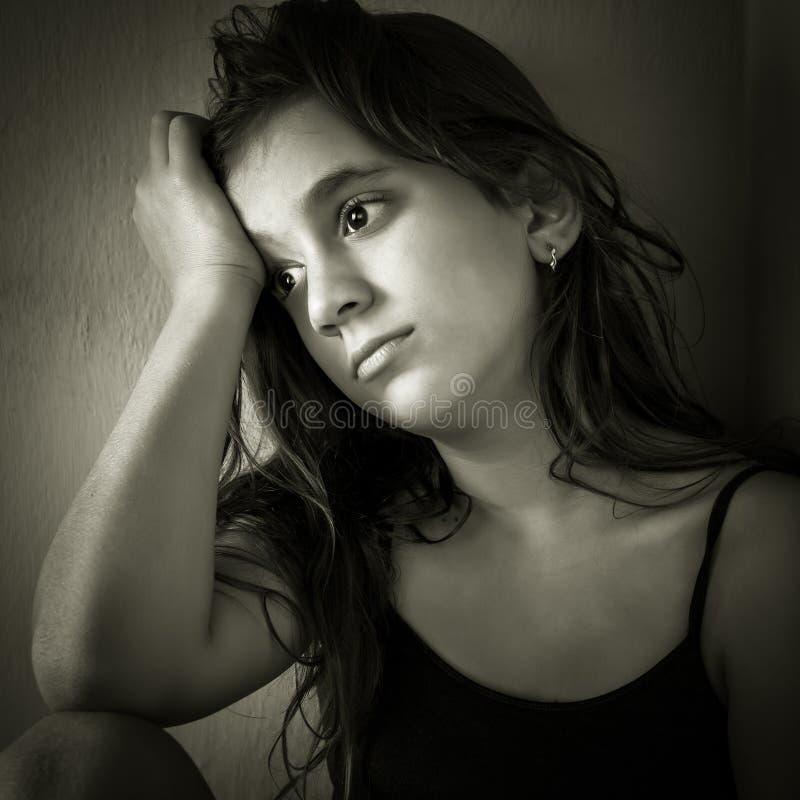 W kącie dziewczyny smutny latynoski obsiadanie zdjęcie stock