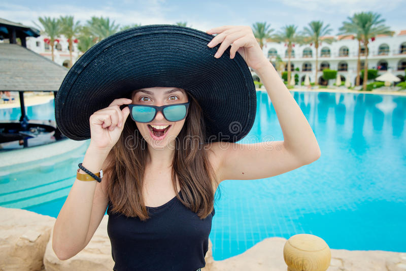 W kapeluszu szczęśliwa dziewczyna fotografia royalty free