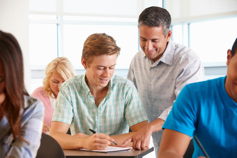 W klasie pomaga adiunkta uczeń obraz stock