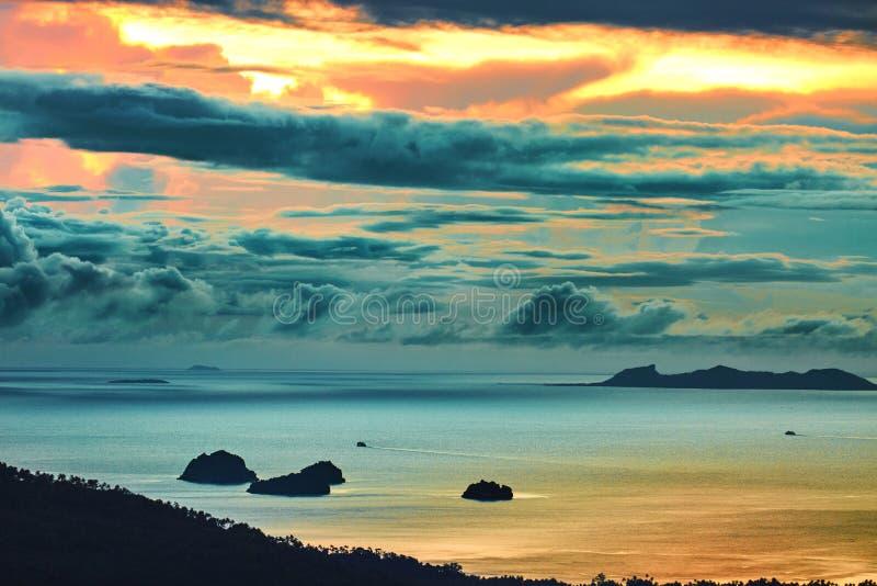 Download W Kontekście Niebieskie Chmury Odpowiadają Trawy Zielone Niebo Białe Wispy Natury Sceniczny Zmierzchu Krajobraz Thailand Target18 Obraz Stock - Obraz złożonej z jaskrawy, malezja: 65226465