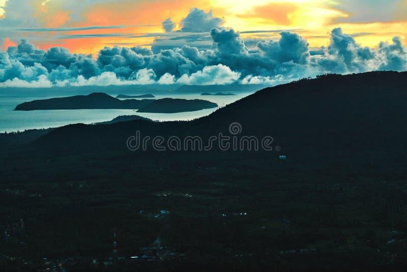 Download W Kontekście Niebieskie Chmury Odpowiadają Trawy Zielone Niebo Białe Wispy Natury Sceniczny Zmierzchu Krajobraz Thailand Target18 Zdjęcie Stock - Obraz złożonej z środowisko, chmura: 65226584
