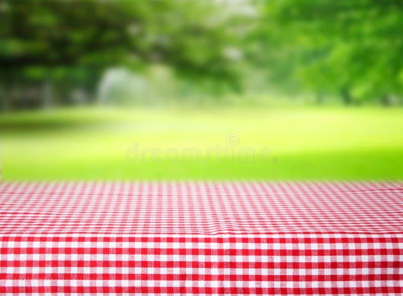 W kratkę czerwonego tablecloth przestrzeni stołu zieleni emty tło zdjęcia stock