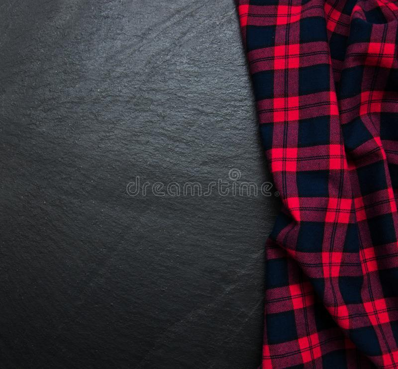 W kratkę pielucha na czarnym tle zdjęcie royalty free
