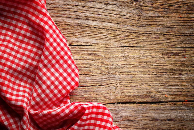 W kratkę tablecloth na drewnie fotografia stock