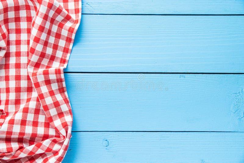 W kratkę tablecloth nad kolorowym drewnianym stołem fotografia royalty free