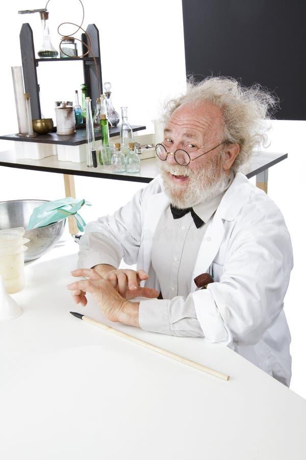 W lab szczęśliwy naukowiec przygotowywał target84_0_ pomysły obraz royalty free