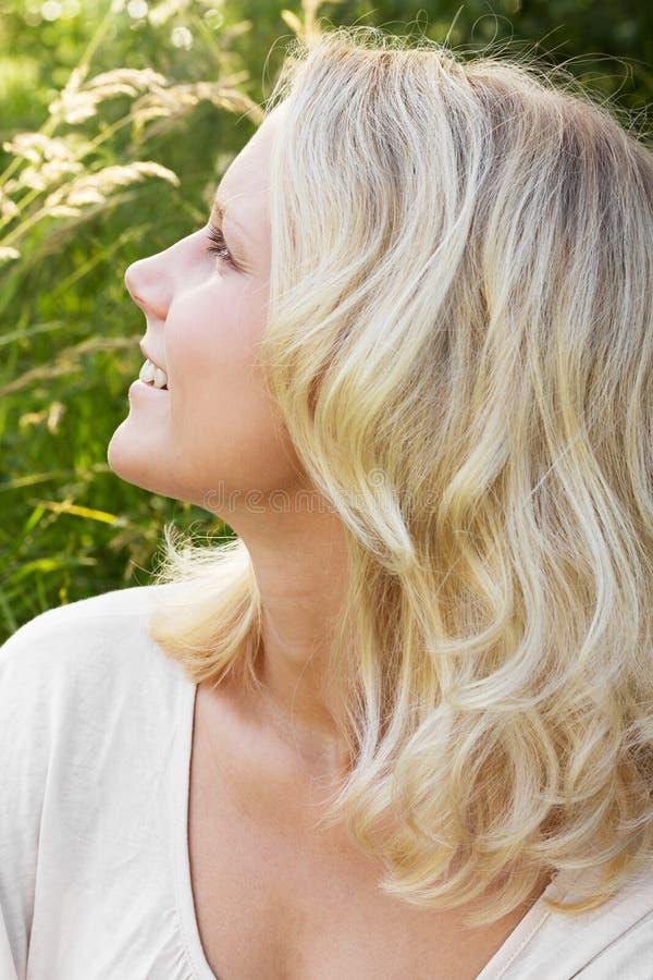 W lato blondynki młoda kobieta fotografia stock