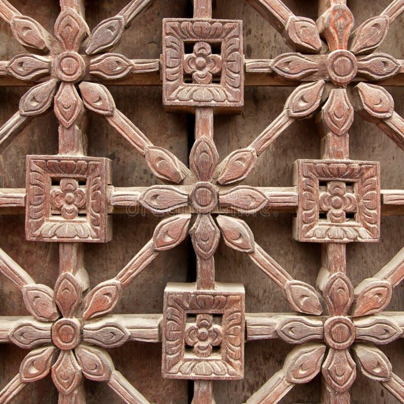 W Latticework drewniani Kwiaty fotografia royalty free