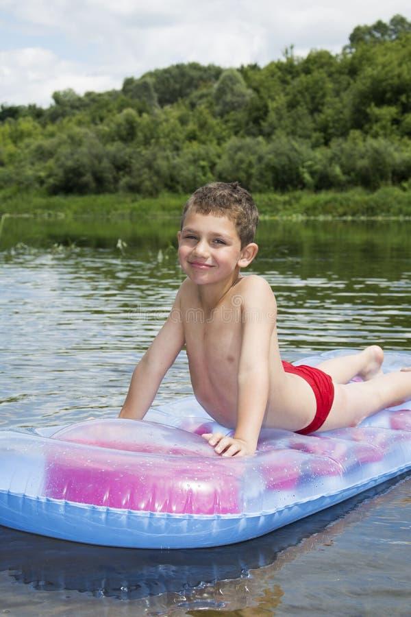 W lecie na rzece na nadmuchiwanej materac śmiesznym littl obrazy royalty free