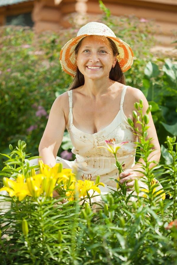 W lelui roślinie szczęśliwa kobieta obrazy stock