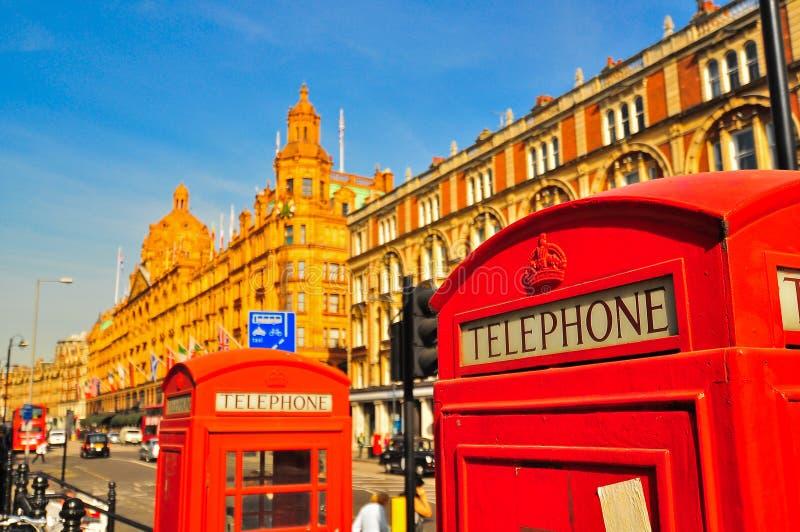 W Londyn czerwony telefoniczny budka fotografia stock