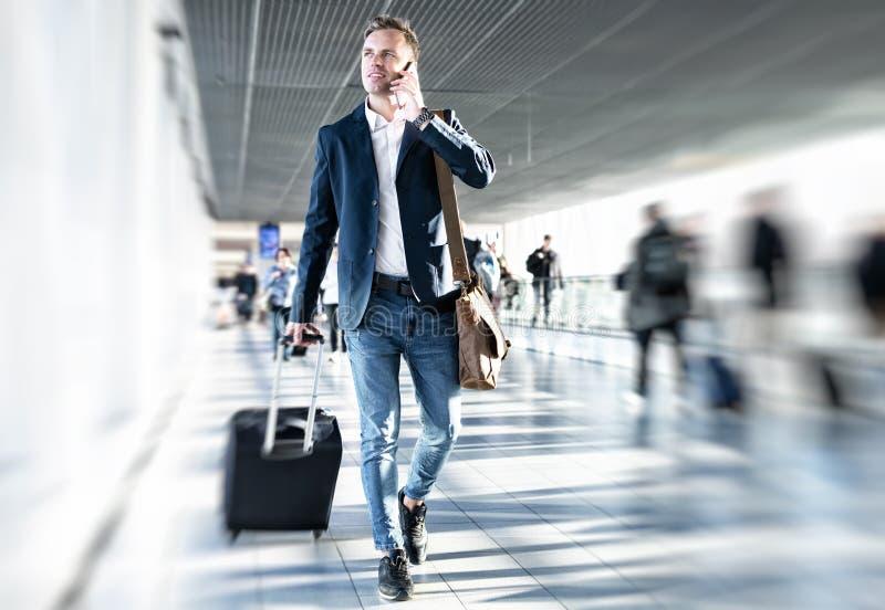 W lotnisku biznesmena odprowadzenie obrazy stock