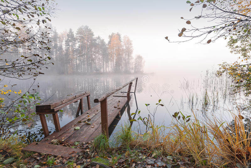 W mgłowym jesień ranek mały drewniany molo zdjęcie royalty free