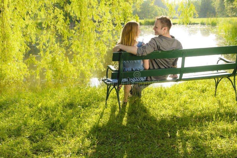 W miłości na parkowej ławce fotografia royalty free