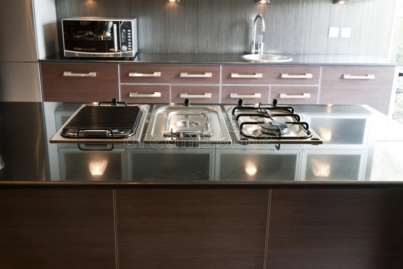 W mieszkaniu nowożytna kuchnia obrazy stock