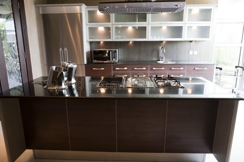 W mieszkaniu nowożytna kuchnia zdjęcia royalty free