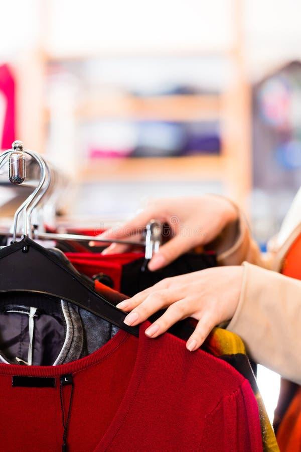 W moda sklepie kobieta zakupy obrazy stock