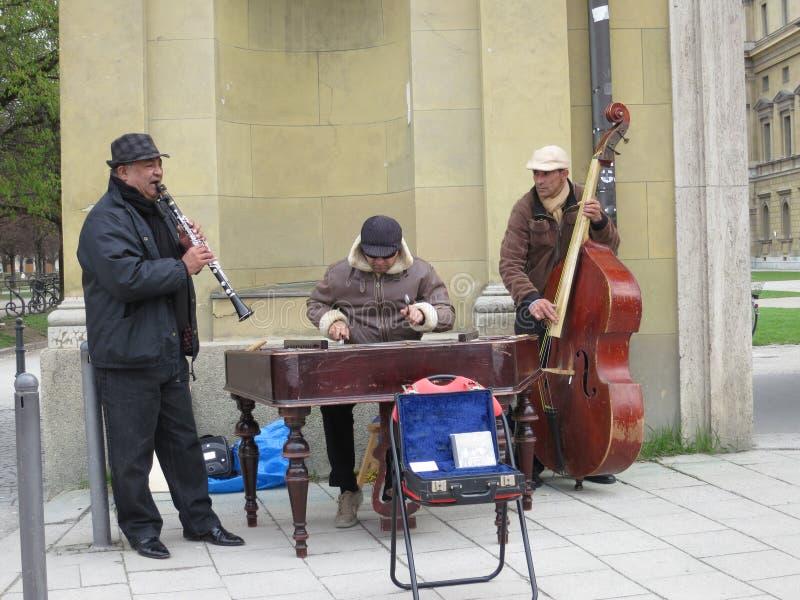 W Monachium lokalni Uliczni Muzycy obrazy royalty free