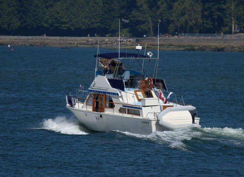 W morzu jachtu nowożytny żeglowanie obrazy royalty free