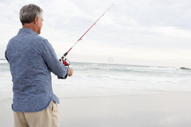 W morzu mężczyzna starszy połów zdjęcia royalty free