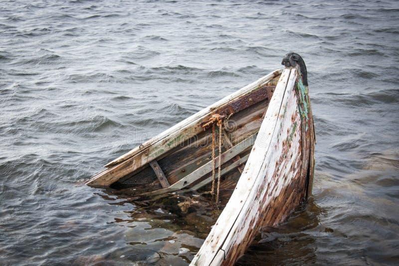 W morzu stara łódź zdjęcie stock