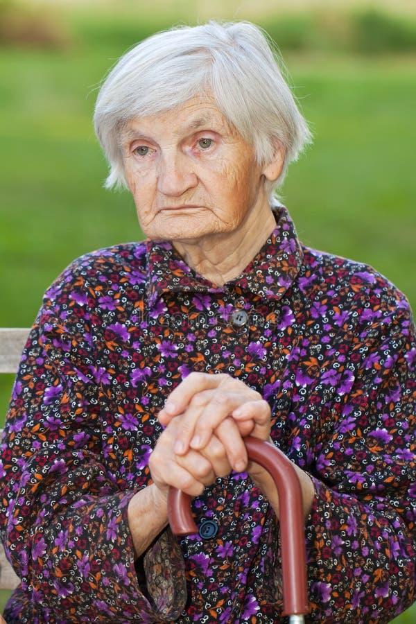 W naturze starsza osamotniona kobieta obraz royalty free