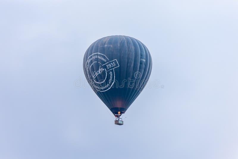 W niebo dużego zmroku gorącego powietrza popielatym balonie przy gorące powietrze balonu festiwalem obrazy stock