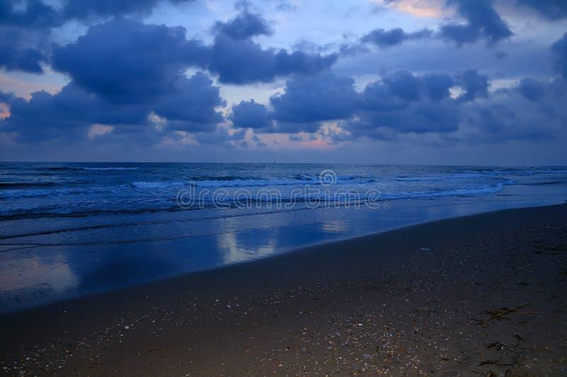w nocy na plaży zdjęcia stock