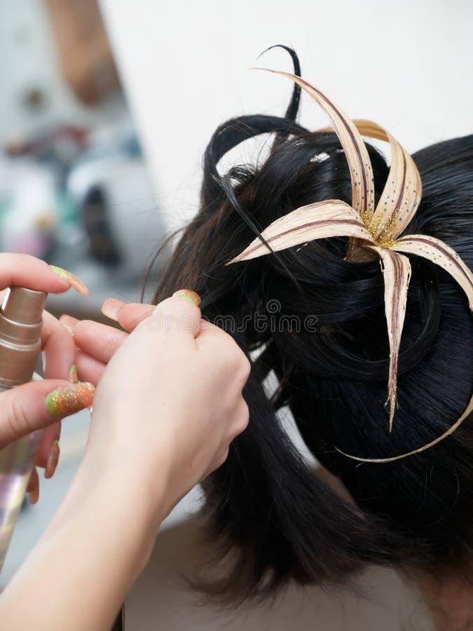 w nocy robi kobiety fryzurę zdjęcia stock