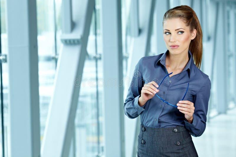 W nowożytnym wnętrzu biznesowa kobieta zdjęcie royalty free