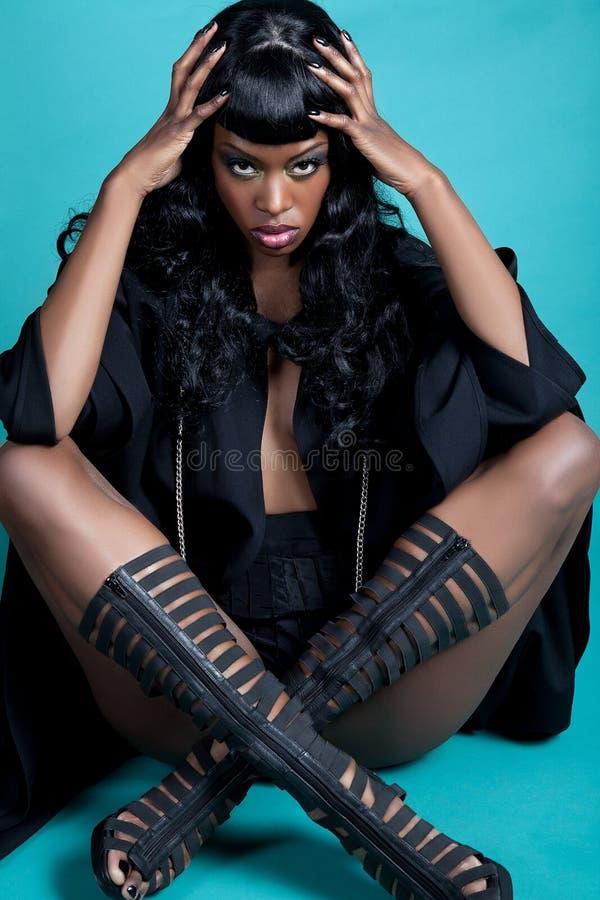 W obsiadanie pozie czarny model obrazy royalty free
