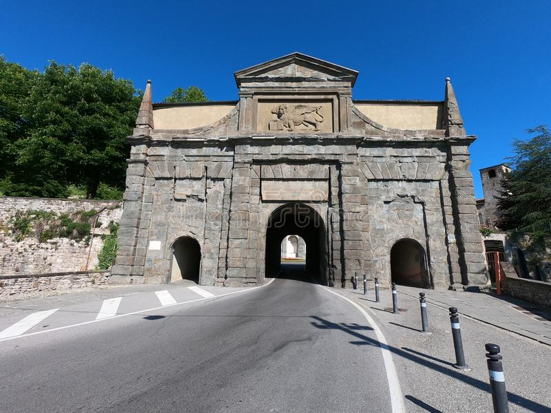 W?och bergamo starego miasta Krajobraz na starej bramie wymienia? Porta Sant Agostino Ja jest jeden cztery dojazdowego drzwi star zdjęcia stock