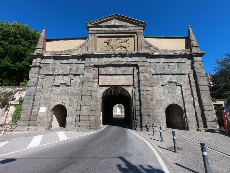 W?och bergamo starego miasta Krajobraz na starej bramie wymienia? Porta Sant Agostino Ja jest jeden cztery dojazdowego drzwi star zdjęcia royalty free