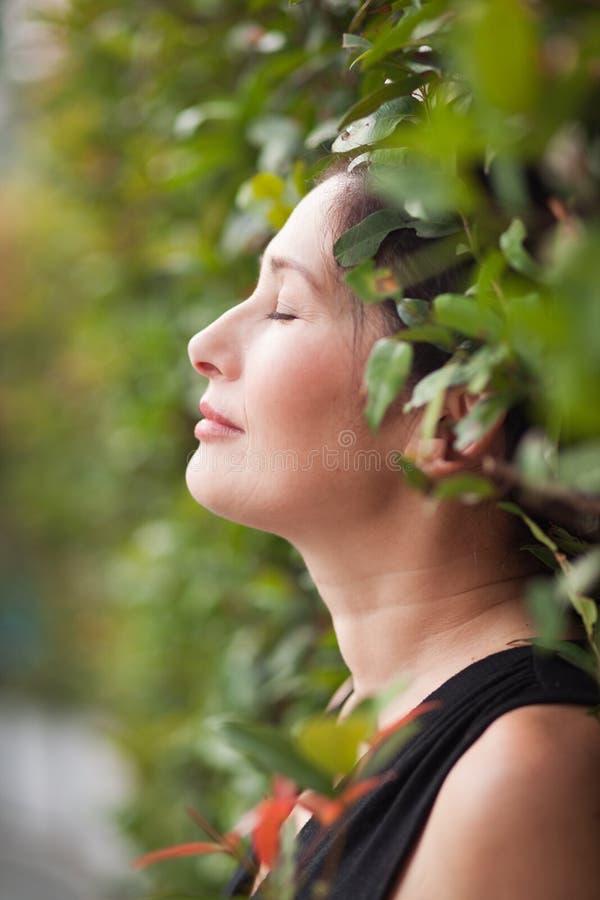 W ogródzie azjatycka Kobieta obrazy stock